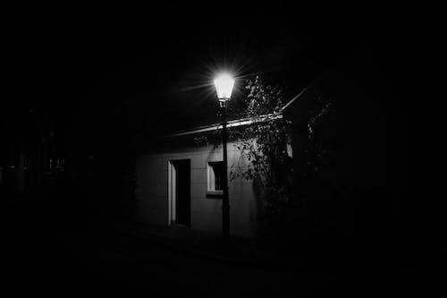 Fotos de stock gratuitas de blanco y negro, cabaña, calle de adoquines, calle vacía