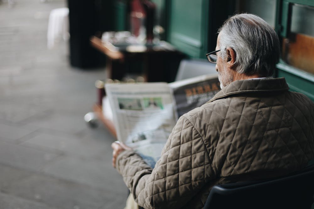 Man reading a newspaper. | Photo: Pexels