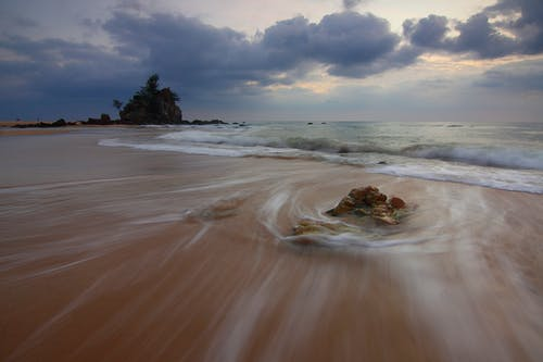 Gratis arkivbilde med bevegelsesuskarphet, bølger, bukt, daggry