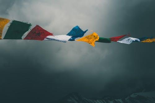 Foto d'estoc gratuïta de a l'aire lliure, alt, banderes, cel