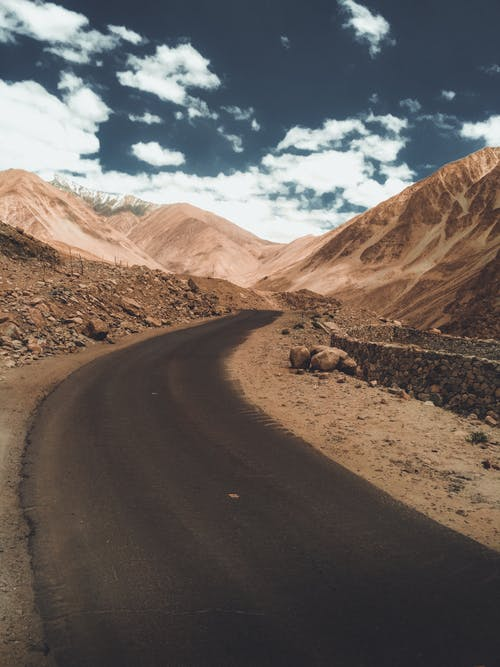 asfalt, bulutlar, çöl, çorak içeren Ücretsiz stok fotoğraf