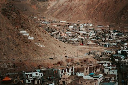 binalar, dağlar, evler, görmek içeren Ücretsiz stok fotoğraf