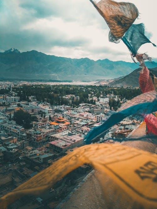 binalar, çatılar, dağ, doğa içeren Ücretsiz stok fotoğraf