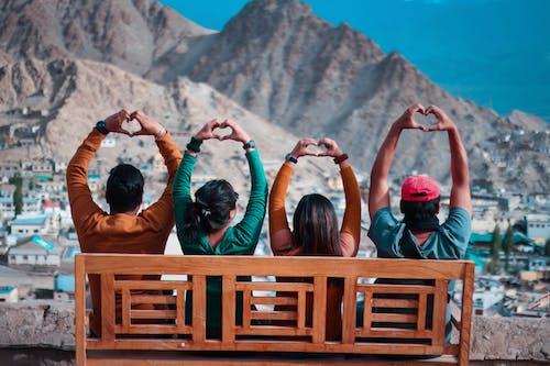 Foto profissional grátis de assento, coração, homens, montanha