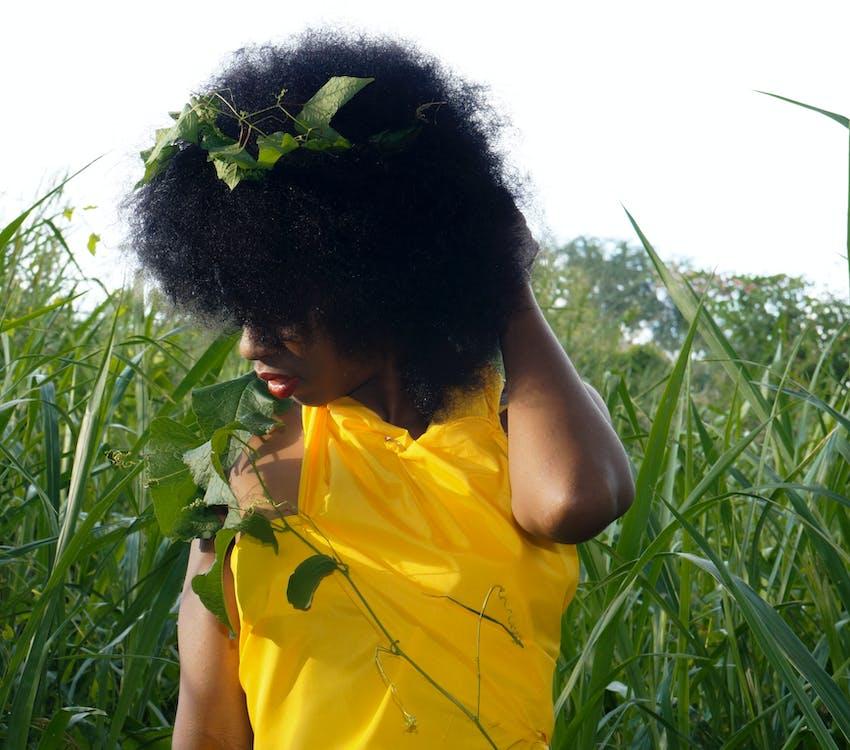 farbige frau, gelbes kleid, natürliches haar