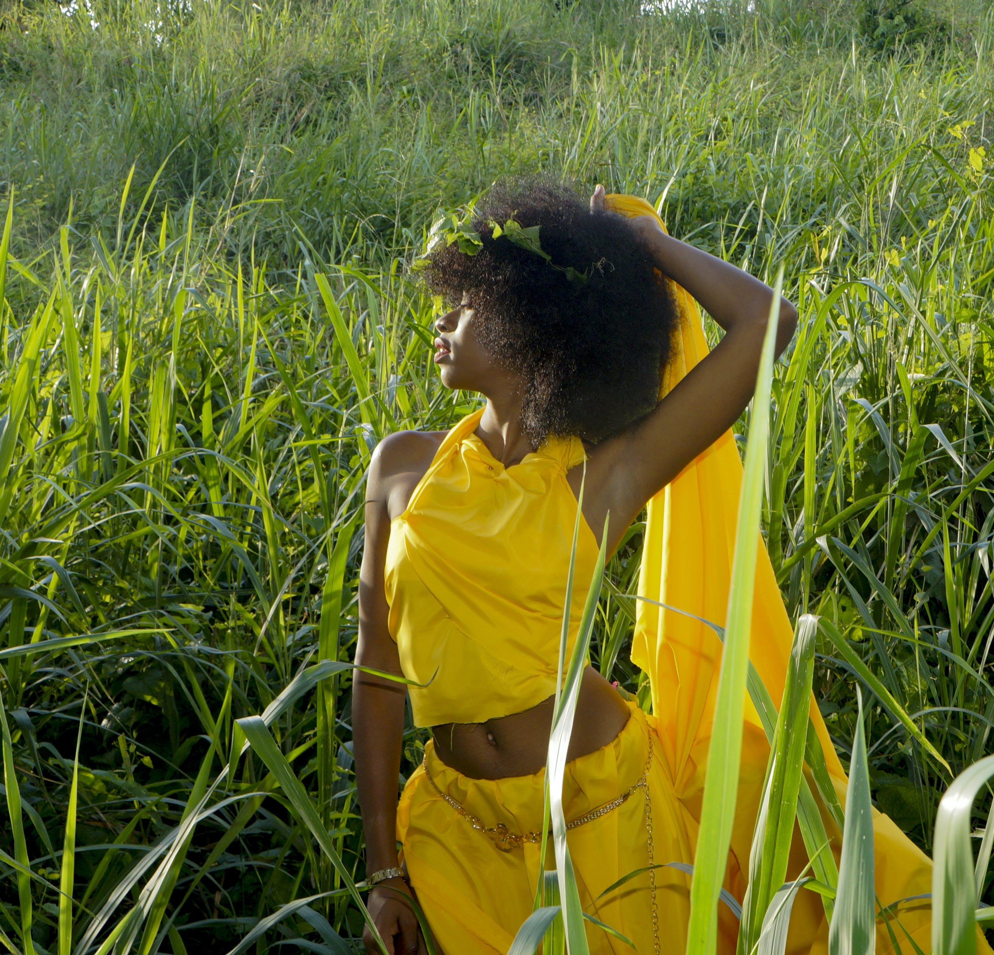 Photos gratuites de clairière, femme, femme noire, herbe