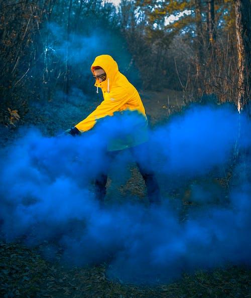 Darmowe zdjęcie z galerii z bomba dymna, dym, mężczyzna, na dworze