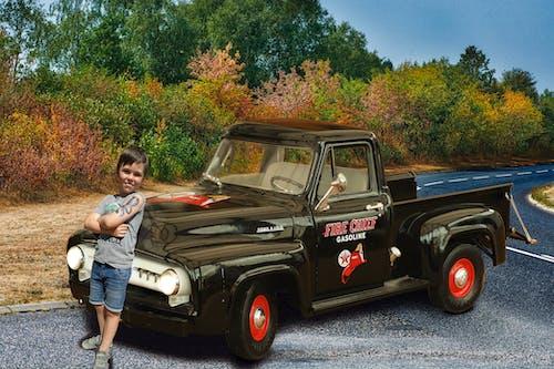 Gratis lagerfoto af billedmanipulation, boy med toycar, dreng på vej med gamle ford, fake