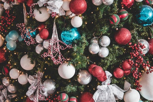 Kostenloses Stock Foto zu feier, verzierungen, weihnachten, weihnachtsbaum