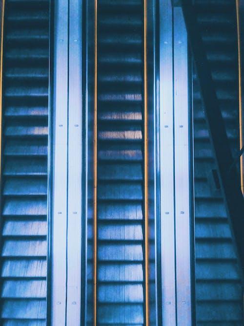 Základová fotografie zdarma na téma eskalátory, fotka zvysokého úhlu, odraz, prázdný