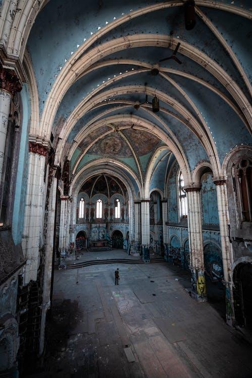 Бесплатное стоковое фото с арки, архитектура, в помещении, Заброшенное здание