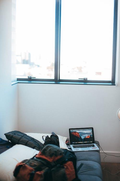 Gratis stockfoto met bed, binnen, binnenshuis, computer