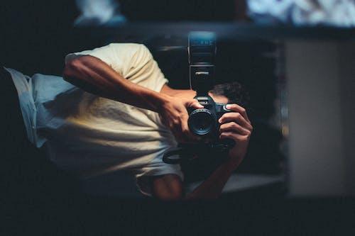 Бесплатное стоковое фото с зеркало, камера, мужчина, фотосъемка