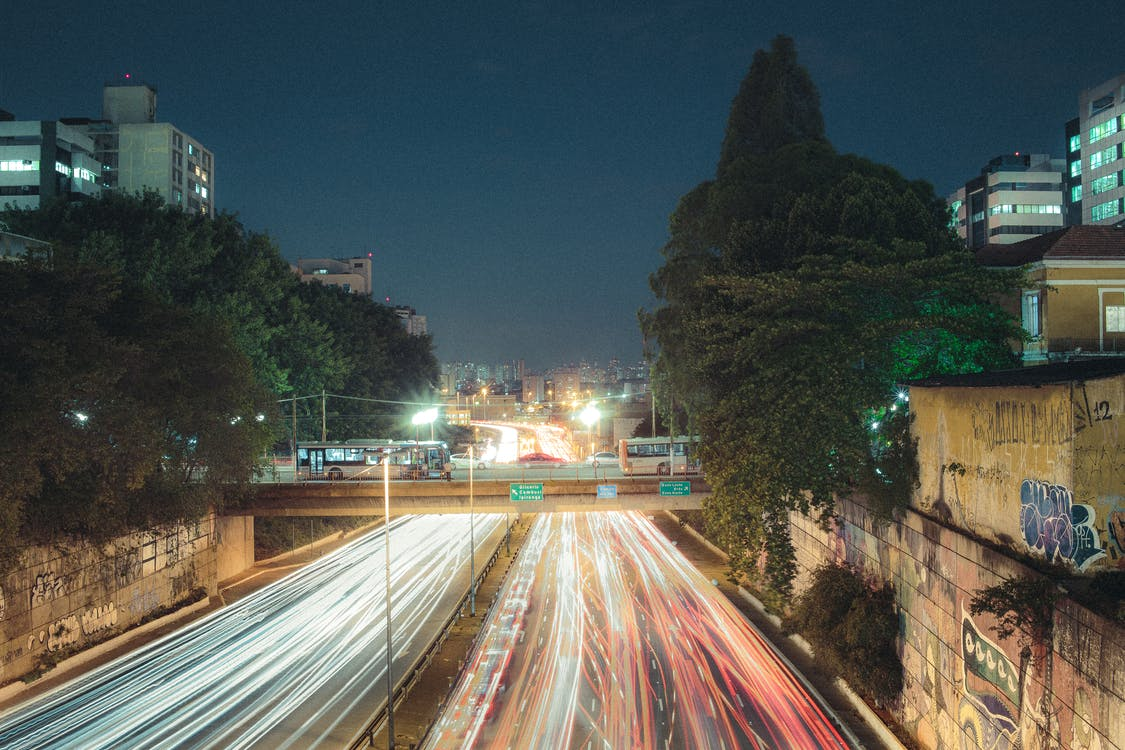 Gratis stockfoto met architectuur, auto's, autobus