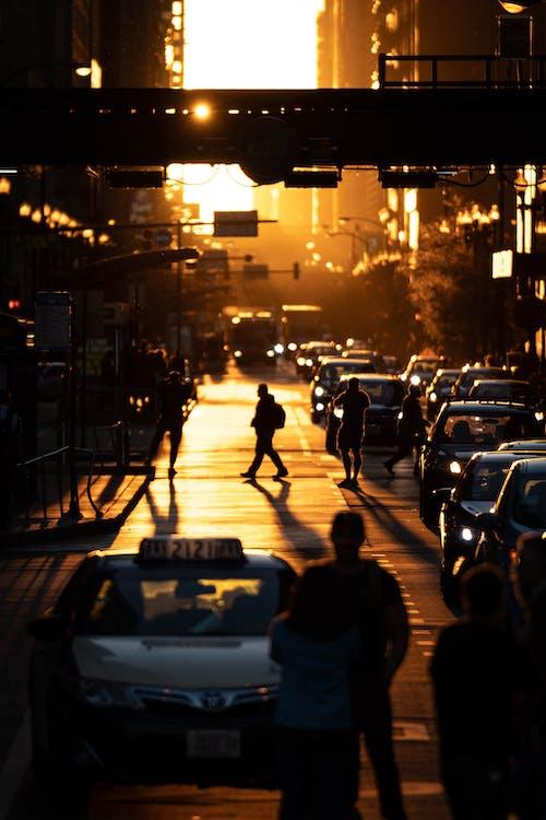 Pessoas Andando Na Rua Durante A Hora Dourada