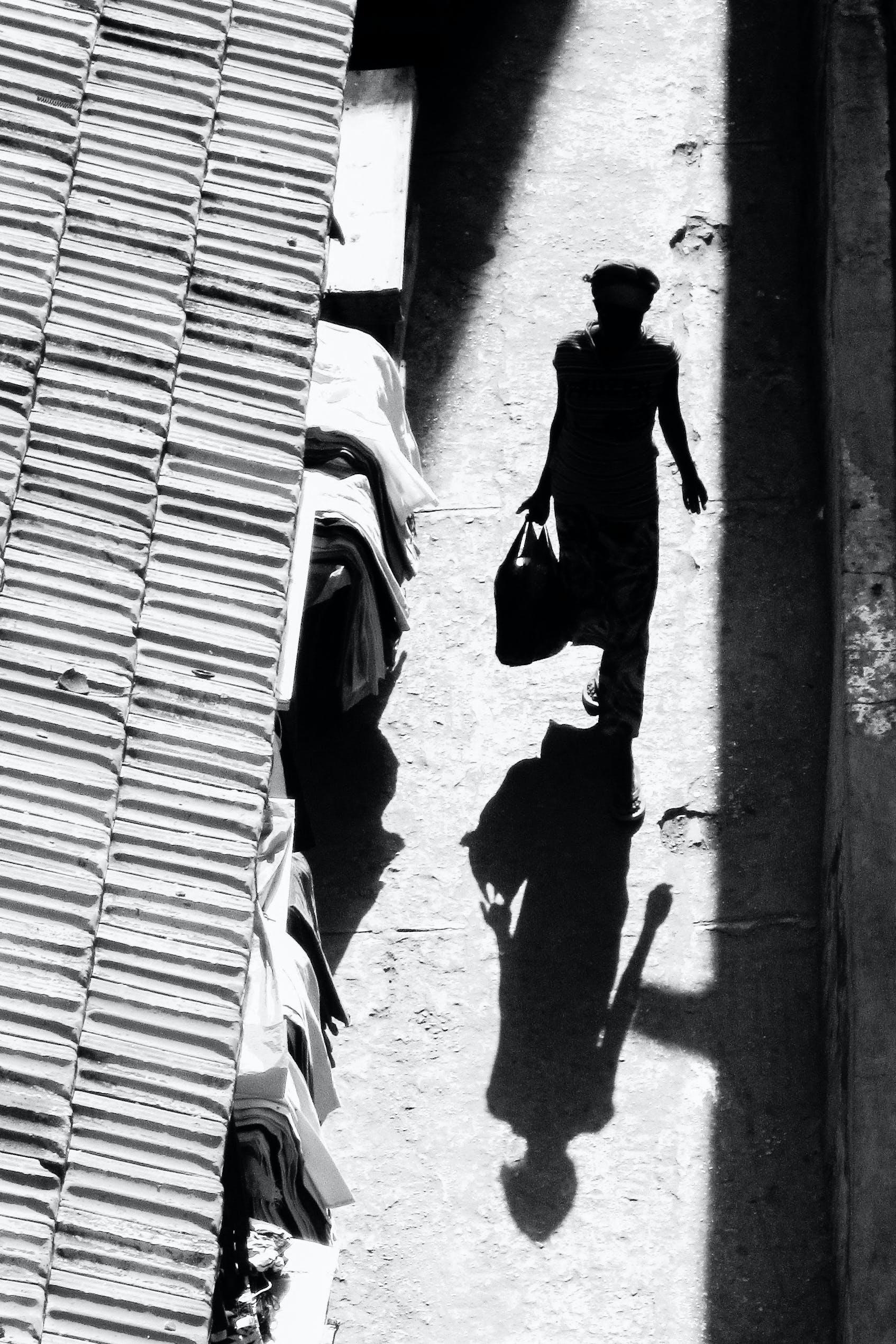 Foto d'estoc gratuïta de adult, caminant, carrer, carretera