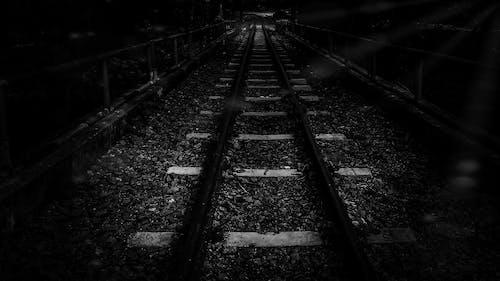 barışçıl, demir yolu, demir yolu rayları, siyah ve beyaz içeren Ücretsiz stok fotoğraf