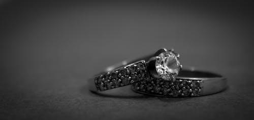 다이아몬드 반지 2 개 실버 그레이 스케일 사진