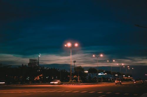 Darmowe zdjęcie z galerii z architektura, autostrada, budynek, błękitne niebo