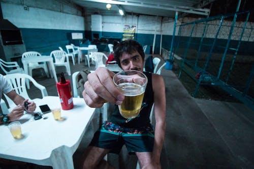 Ảnh lưu trữ miễn phí về bàn, bia, cốc, Đàn ông