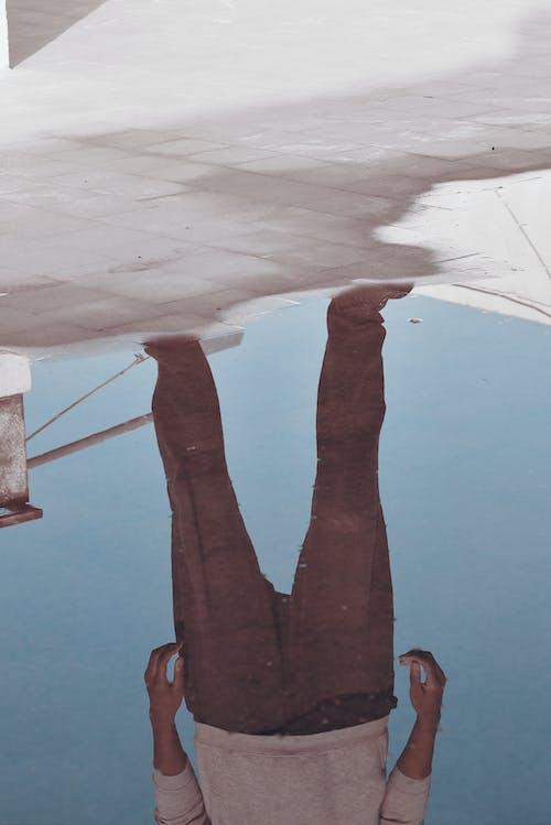 Бесплатное стоковое фото с лужа, мужчина, отражение, человек