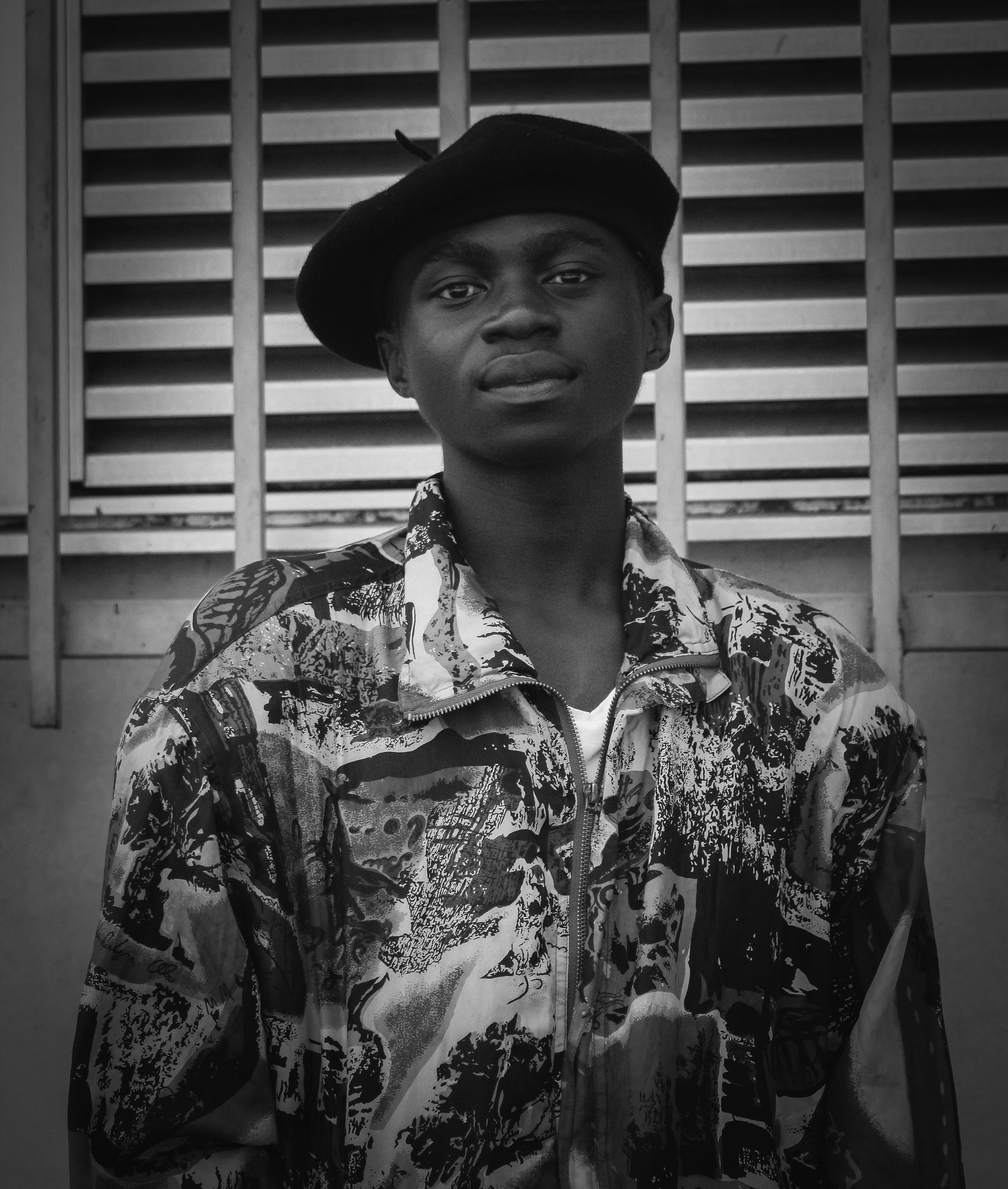 Foto d'estoc gratuïta de blanc i negre, conjunt de roba, desgast, estil