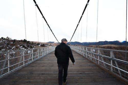Gratis stockfoto met architectuur, avontuur, brug, iemand