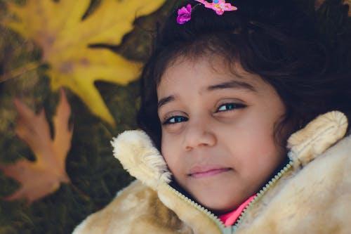 Kostenloses Stock Foto zu baby, gelbes blatt, lächeln, niedliche mädchen
