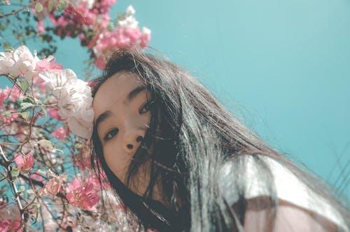 Безкоштовне стокове фото на тему «азіатська жінка, вродлива, жінка, квіти»