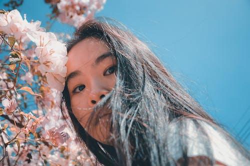 Darmowe zdjęcie z galerii z azjatka, kobieta, kwiaty, ładny