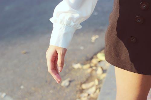 Ilmainen kuvapankkikuva tunnisteilla hame, henkilö, käsi, kesä