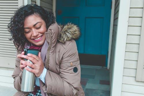 뜨거운 커피, 미소 짓는, 사람, 색깔의 무료 스톡 사진