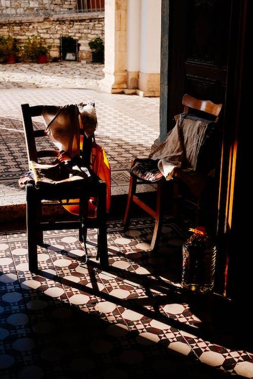 คลังภาพถ่ายฟรี ของ ตอนกลางวัน, เก้าอี้ไม้, เฟอร์นิเจอร์