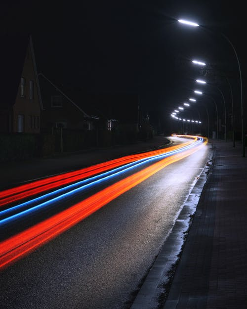 acele, acele etmek, akşam, araba farları içeren Ücretsiz stok fotoğraf