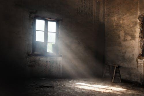 Δωρεάν στοκ φωτογραφιών με ακτίνα φωτός, ξύλινο παράθυρο, σκονισμένος