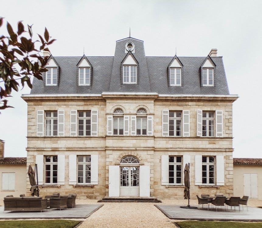 棕色和白色混凝土两层楼房屋
