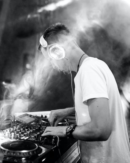 Gratis stockfoto met DJ-mixer, edm, iemand, kerel