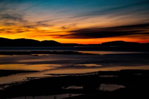 Бесплатное стоковое фото с вечер, вода, горизонт, горный хребет