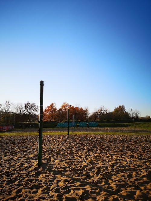 Foto d'estoc gratuïta de blau, parc infantil, seients, sorra