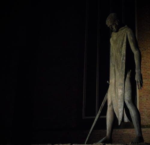 Fotos de stock gratuitas de caballero, catedral, espada, estatua