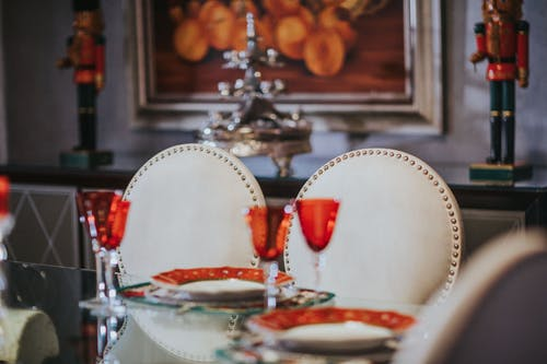 Gratis lagerfoto af bord, borddækning, briller, glas