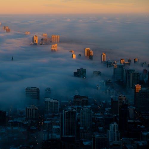 Foto stok gratis bangunan, berkabut, cityscape, dari atas