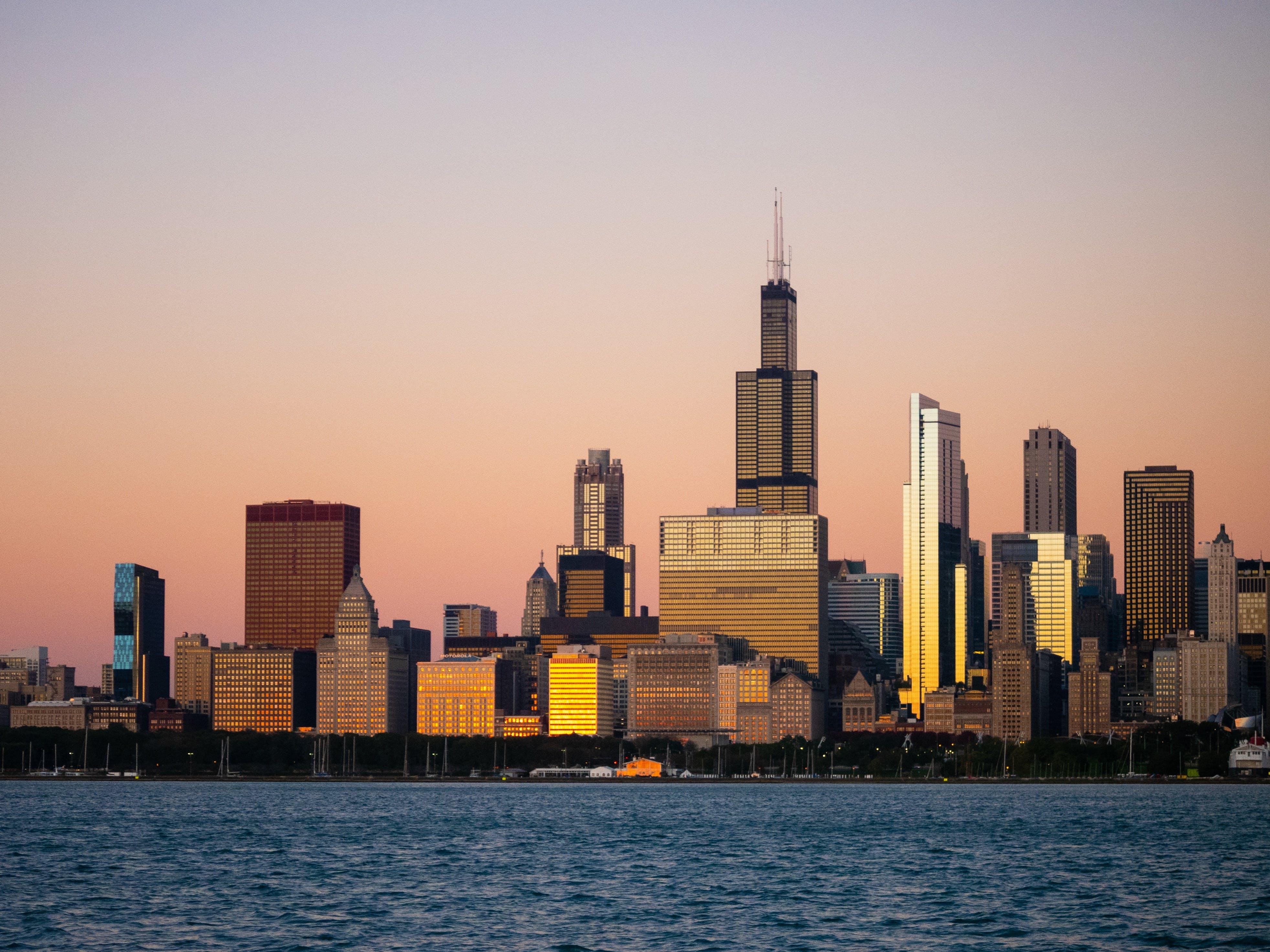 Foto profissional grátis de ao ar livre, arquitetura, arranha-céus, beira-mar