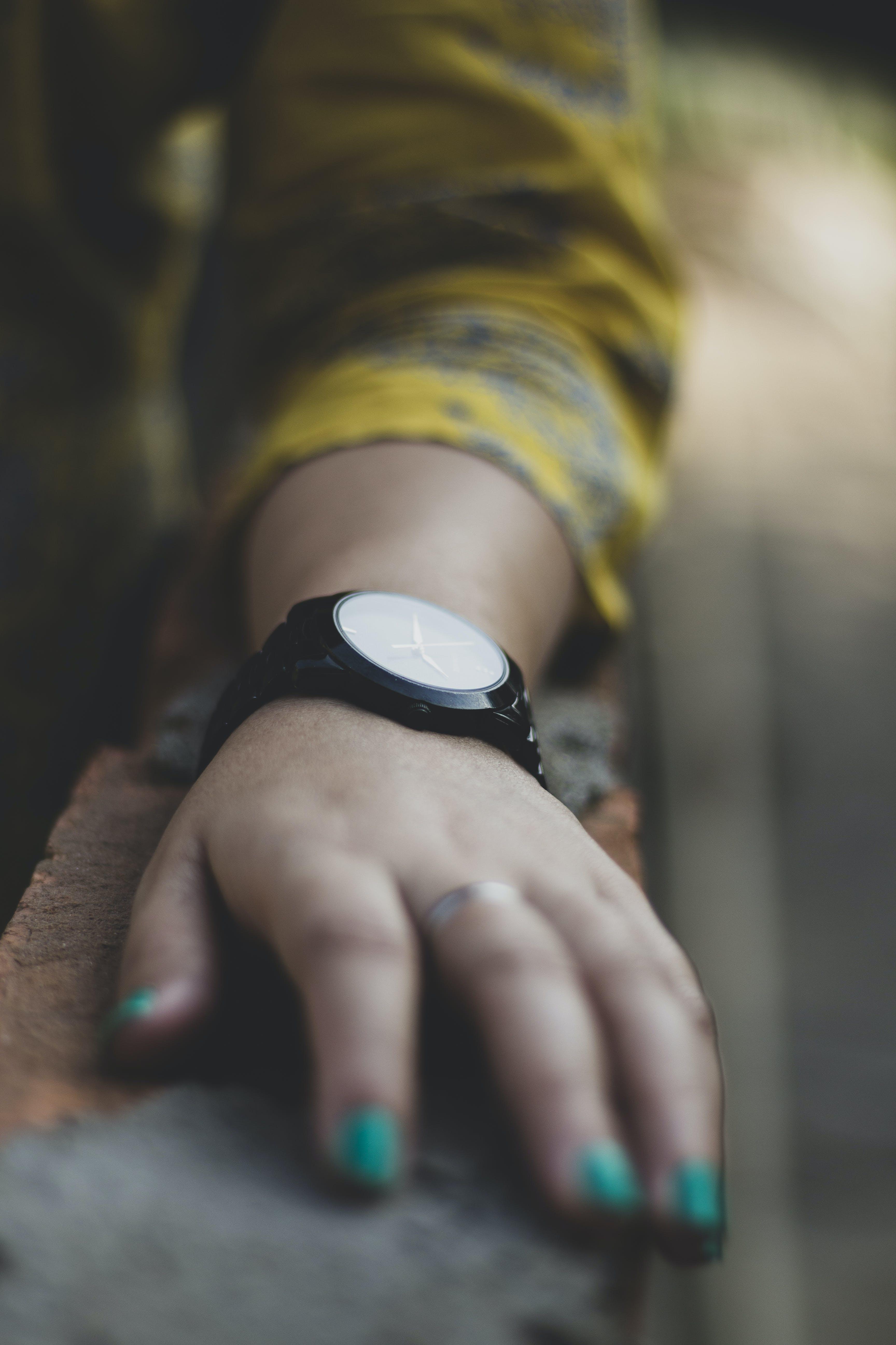 Foto profissional grátis de mão, profundidade de campo, relógio de pulso