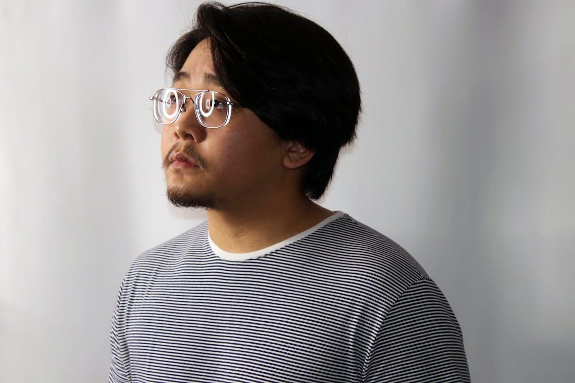 asiatische person, asiatischer mann, betrübt