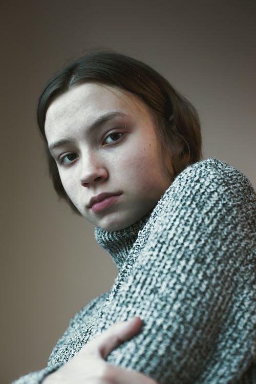 Безкоштовне стокове фото на тему «вродлива, в'язаний светр, гарні очі, Гарний»