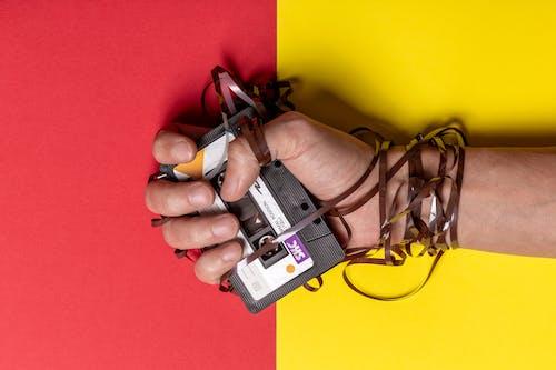 Gratis lagerfoto af hånd, kassettebånd