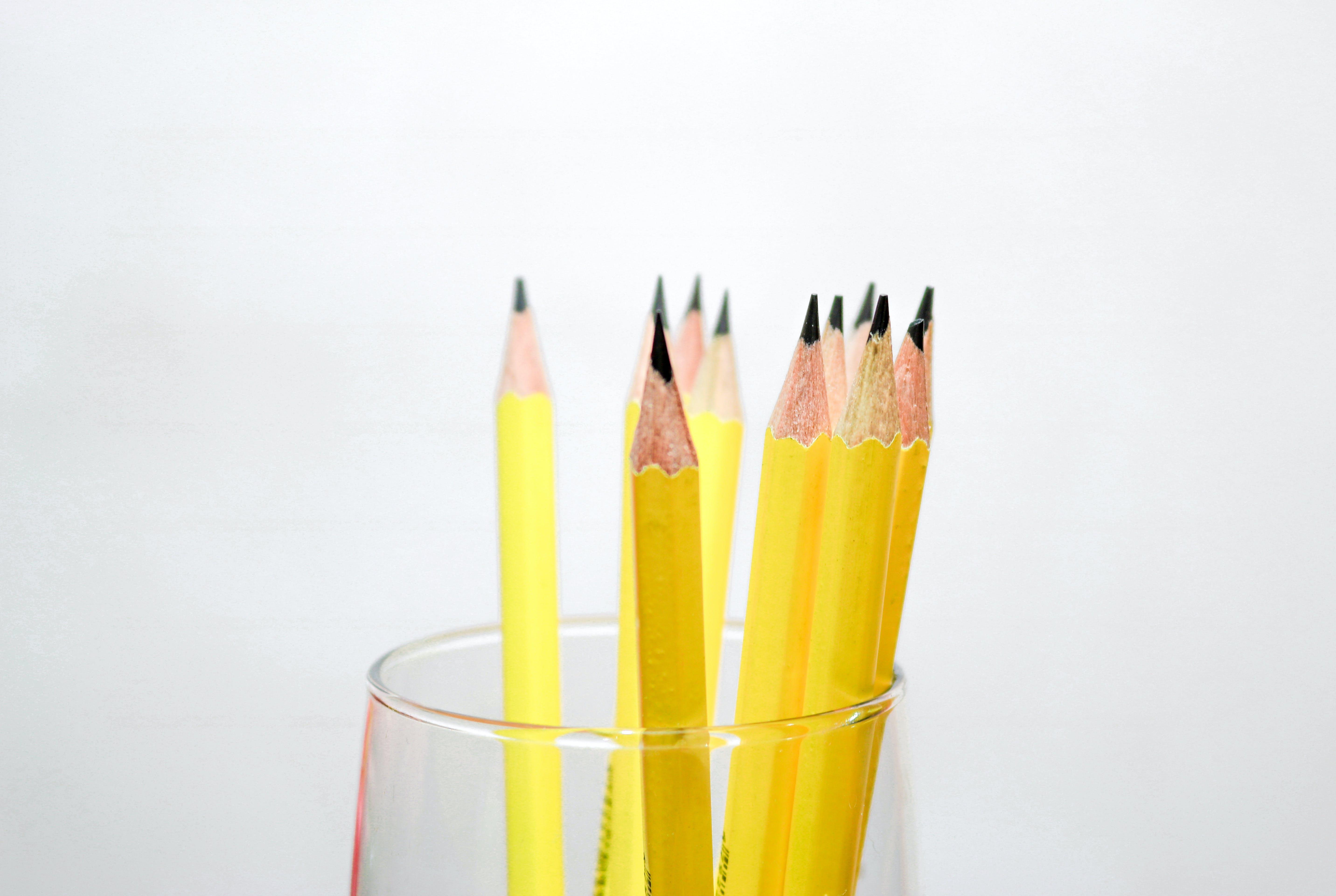 Beyaz arka plan, kurşun kalemler, sarı, tahta kalemler içeren Ücretsiz stok fotoğraf