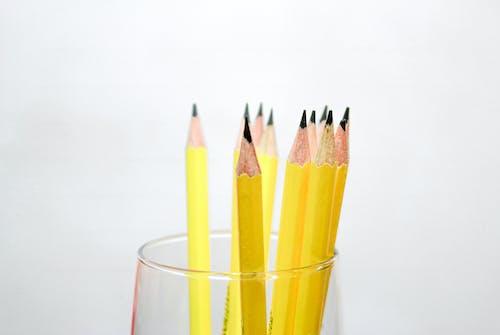 Darmowe zdjęcie z galerii z białe tło, drewniane ołówki, ołówki, żółty