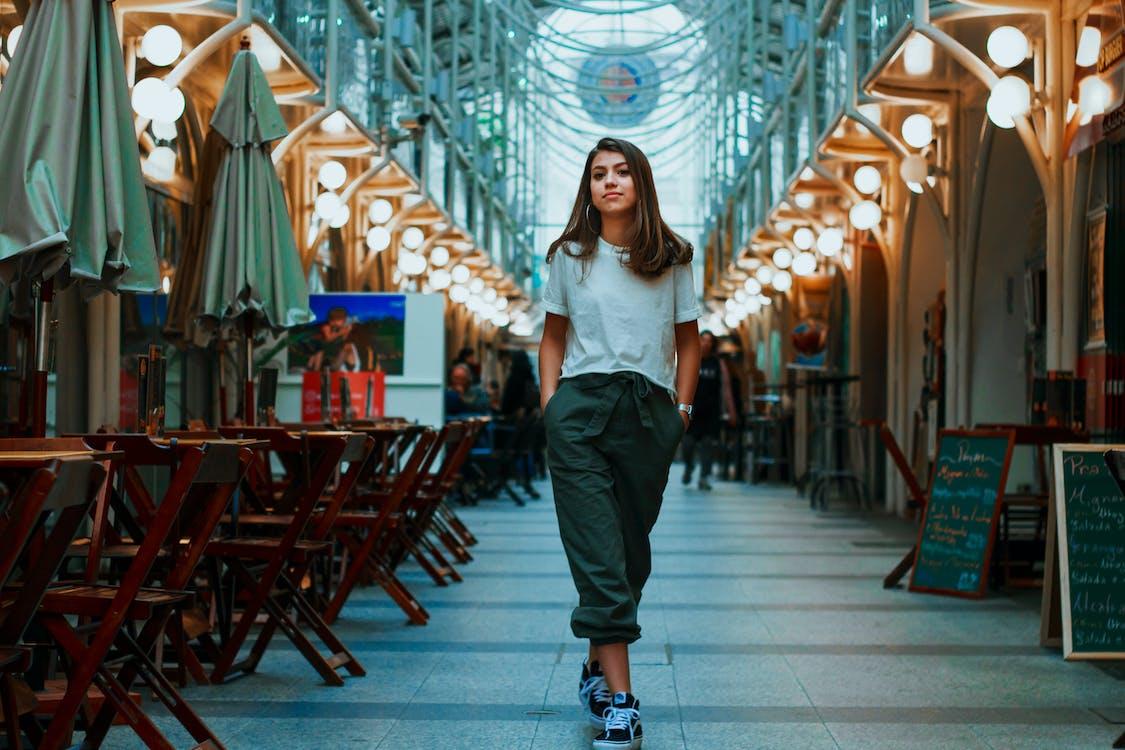 Mujer Caminando Con Ambas Manos En El Bolsillo